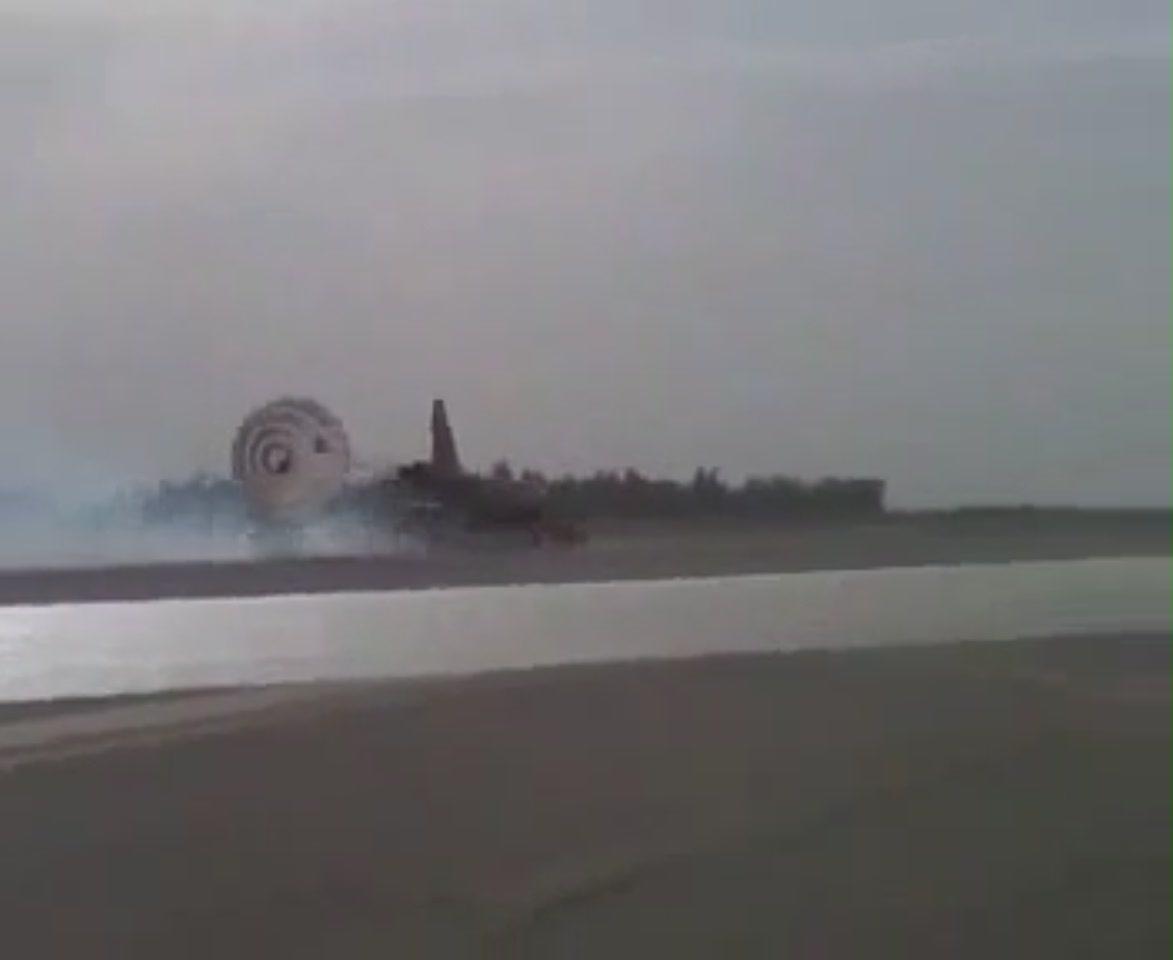 فرود اضطاری هواپیمای f-5 در رزفول www.bia2bomb.blogfa.com